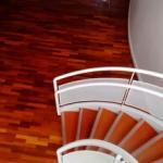 Raspagem de escada de madeira